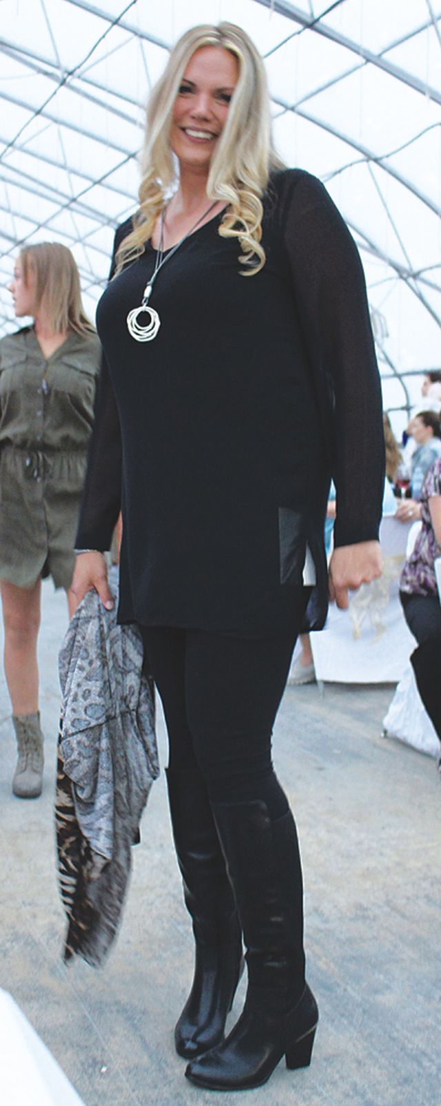 Kristin Rich keeping it real in an all black ensamble with a tiger print cardigan! MEOW!
