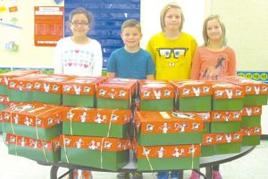 HPE – Students wrap 39 shoeboxes for needy